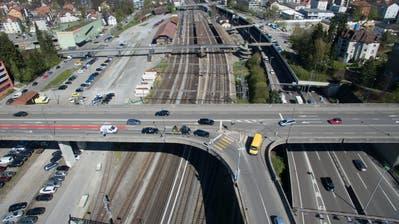 Blumen statt Autos: Der Streifen nördlich des Bahnhofs St.Fiden, zwischen der Bachstrasse (links) und den Gleisen, soll neu genutzt werden. (Bild: Ralph Ribi/10. April 2017)
