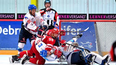 Packende Zweikämpfe gehören mit zum Spitzeneishockey in der Surseer Eishalle. (Bild: PD)