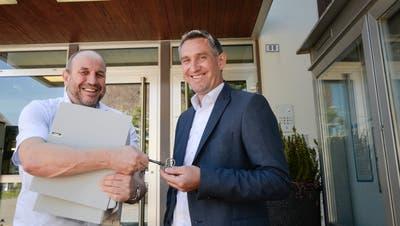 Urs Tobler (rechts) hat das Amt als Gemeindepräsident in Ermatingen im Juni von Martin Stuber übernommen. (Bild: Donato Caspari)
