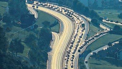 Stau bei der Autobahnausfahrt Buochs und den umliegenden Strassen am vergangenen Sonntag. (Leserbild: Thesi Wallimann)