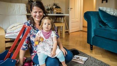 Susanna Gebauer mit Tochter Anais in der Stube der Familienwohnung an der Weinstrasse. (Bilder: Reto Martin)