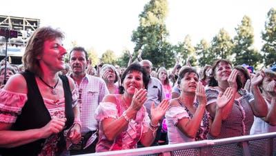 Begeisterte Zuschauerinnen jubeln dem Schlagersänger Semino Rossi zu. (Bild: Manuela Jans-Koch, Zofingen, 8. August 2019)