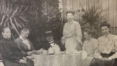 Familie Bachmann in netter Kaffeerunde: die junge Marie Bachmann in Weiss stehend, links neben ihr sitzend Vater Jakob Huldreich Bachmann. (Bild: Staatsarchiv des Kantons Thurgau)