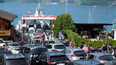Die Fähre zwischen Beckenried und Gersau ist zurzeit besonders beliebt.(Bild: Sepp Bernasconi)