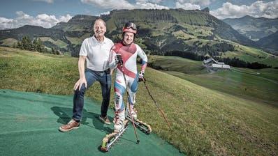 Gemeindepräsident Fritz Lötscher (links) und Grasskifahrer Stefan Portmann auf der Marbachegg. (Bild: Pius Amrein, Escholzmatt, 8. August 2019)