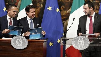 Da war die Welt noch in Ordnung: Premierminister Giuseppe Conte (Mitte), und seine Vizepremiers Luigi Di Maio (links) und Matteo Salvini (rechts). (Bild: Riccardo Antimiani/EPA, Rom, 17. Januar 2019)