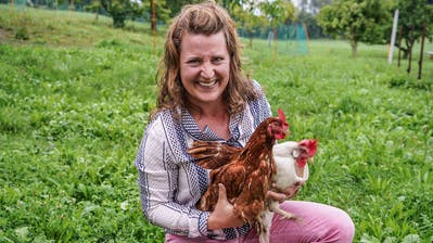 Jungbäuerin Rahel Osterwalder posiert mit zwei ihrer geliebten Hennen. (Bild: Maya Heizmann)