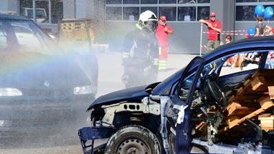 Die Feuerwehr Lauchetal löscht für die Zuschauer am Tag der offenen Tore einen Autobrand. (Bild: Werner Lenzin)