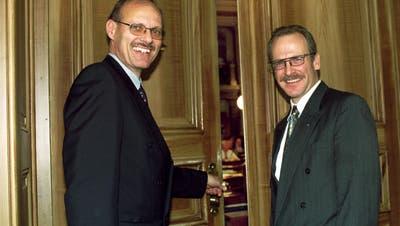 CVP-Machtträger unter sich: Staatssekretär Dieter J. Niedermann (links) mit seinem Nachfolger Martin Gehrer in einer Aufnahme von 1999. (Bild: Regina Kühne)