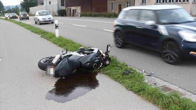 Ein Motorradfahrer stürzte nach einer Kollision in Lütisburg Station und zog sich leichte Verletzungen zu. (Bild: Kapo)