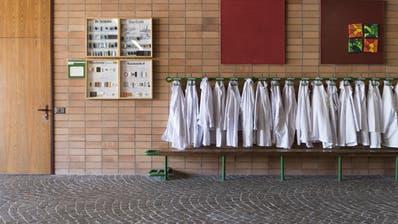 Die Schule in Suhr: Hier erkrankte ein Kind an Tuberkulose. (Bild: Christian Beutler)
