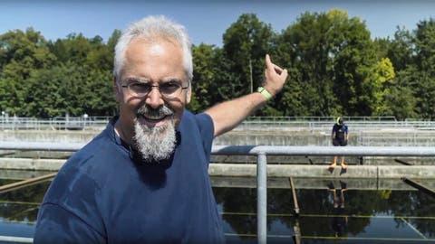Ein Filmausschnitt: Klärwerkmeister Markus Breu und im Hintergrund der lustige Taucher. (Bild: Youtube)
