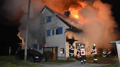 Zweifamilienhaus bei Lütisburg in Vollbrand – der Schaden beläuft sich wohl auf mehrere 100'000 Franken