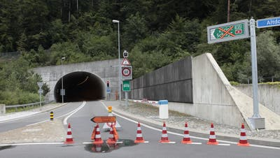 Die Axenstrasse ist seit Ende Juli ab dem Kreisel Flüelen gesperrt. (Bild: Florian Arnold, 31. Juli 2019)