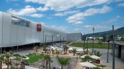 Geht es nach der Mall, soll der Kiesplatz (hinten rechts) als Parkfläche dienen. (Bild: Dominik Wunderli, Ebikon, 11. Juli 2018).