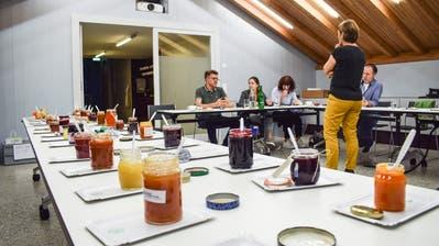 Die Jurymitglieder diskutieren über die 31 eingereichten Konfis. (Bilder: Samuel Koch)
