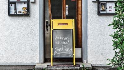 Derzeit weist ein Schild vor dem «Landhaus» potenzielle Gäste ab. (Bild: Roman Scherrer)