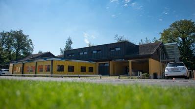 Blick auf das bestehende Garderobengebäude des FC Baar. (Bild: Maria Schmid, Baar, 12. September 2019)
