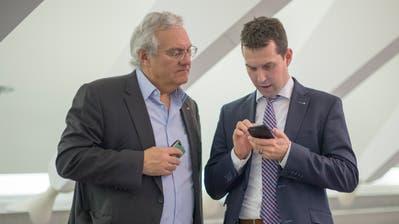 Thomas Müller (links) und Michael Götte checken im 2015 die Resultate der Ständeratswahlen. (Bild: Benjamin Manser)