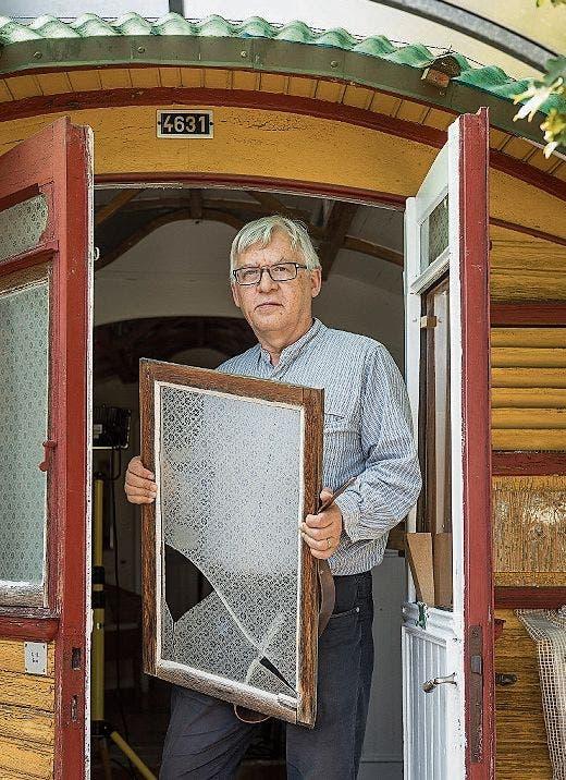 Zerbrochene Fensterscheiben, morsches Holz, kaputte Bremsen: Seither sind 20 Jahre vergangen, die man sieht.