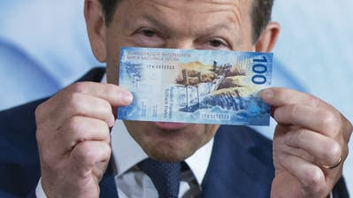 Das grosse geldpolitische Thema: Negativzinsen. Wie schädlich sind sie? Was bedeuten sie für Kleinsparer? Ist Bargeld wie die neue 100er-Note im Banksafe bald günstiger als auf dem Konto? (Bild: KEY)
