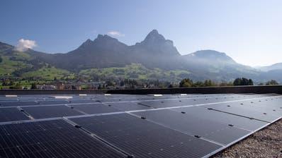 Jeder Solarmodul wiegt 27 Kilogramm, 2600 Teile wurde auf dem Dach montiert. (Bild: PD)