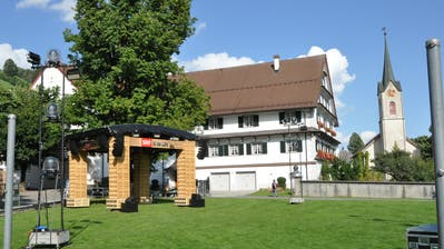 Dreieinhalb Tage haben die Mitarbeiter des Schweizer Fernsehens Zeit, um den Festplatz vor der Propstei in Alt St.Johann einzurichten und mit der notwendigen Technik zu versehen. (Bild: Sabine Camedda)