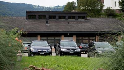 Kantonsparkplätze im Kanton Obwalden werden bald kostenpflichtig. Im Bild die Parkplätze vor dem BWZ Giswil. (Bild: Corinne Glanzmann,Giswil, 10. September 2019)