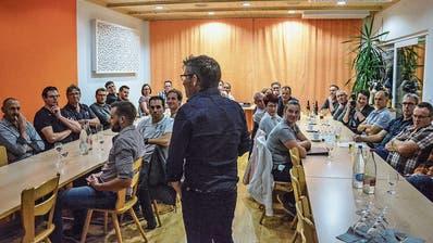 Olma-Kommentator Christan Manser referiert am zweiten Fischinger Gewerbe-Event. (Bild: Christoph Heer)