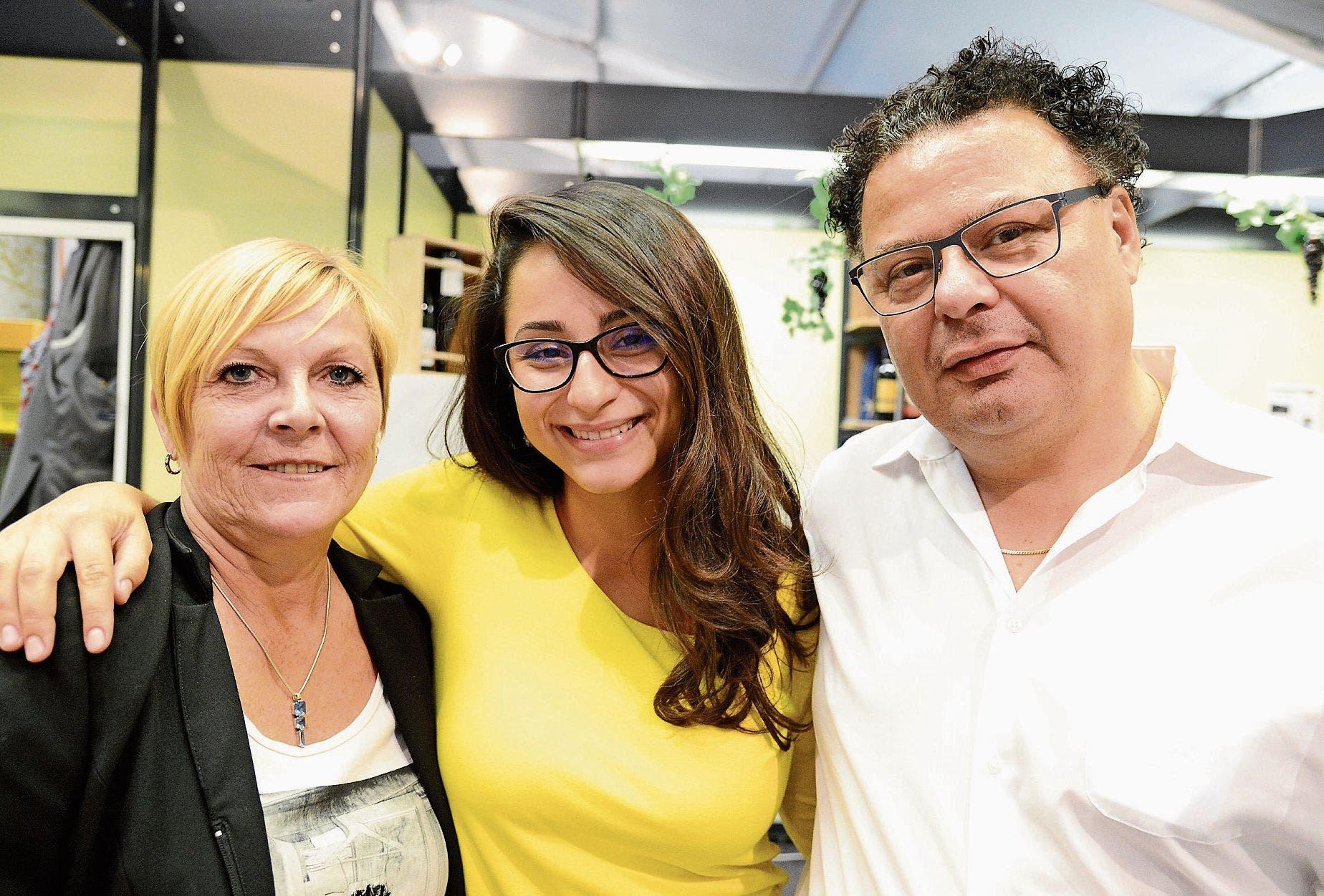 Karin Fritz (links), Delia Moaca (neu an der Wiga) und Liborio Vara sehen an ihrem Weinstand zwar viele, doch weniger kauffreudige Besucher. Doch das könne sich ja noch ändern. (Bilder: Hansruedi Rohrer)