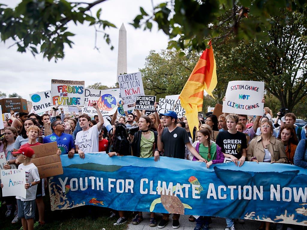 Obwohl Klimaaktivistin Greta Thunberg in den USA nicht so berühmt ist wie in Europa, wird sie bei einer Kundgebung bor dem Weissen Haus in Washington von hunderten Schülern und Studenten unterstützt. (Bild: KEYSTONE/EPA/SHAWN THEW)