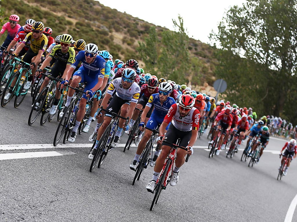 Das Fahrerfeld während der 19. Etappe der Vuelta (Bild: KEYSTONE/EPA EFE/JAVIER LIZON)