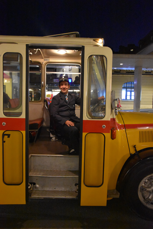 Selbst das Postauto, das für den Shuttle-Service eingesetzt wurde, war nicht mehr ganz taufrisch. (Bild: Ruben Schönenberger)