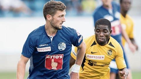 Simon Grether (links) behauptet den Ball gegen YBs Roger Assalé. (Bild: Pius Amrein, Luzern, 1. September 2019)