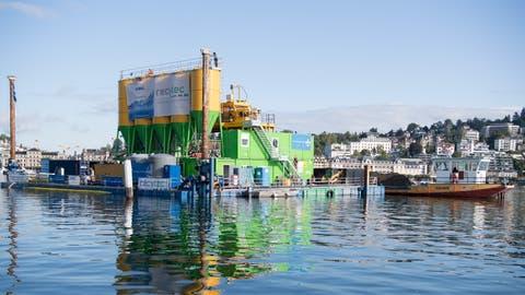 Die Aufbereitungsanlage für den Schlamm ist auf einer schwimmenden Plattform vor den SGV Stegen aufgebaut. Bild Nadia Schärli (Luzern, 9 September 2019)