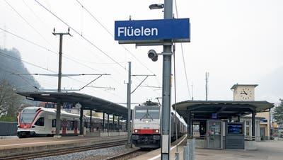 Doppel -  Interview mit Urban Camenzind, Regierungsrat und Werner Schurter SBB am 06. April 2017 auf der Zugstrecke zwischen Flüelen und Göschenen. Im Bild der Bahnhof Flüelen.