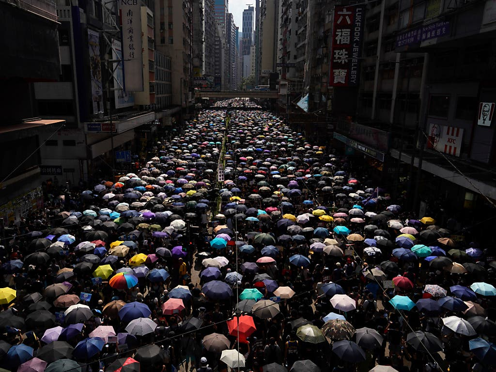 Zehntausend Regierungskritiker sind am Sonntag in Hongkong auf die Strasse gegangen - trotz des Verbots einer Grossdemonstration. (Bild: KEYSTONE/AP/VINCENT YU)