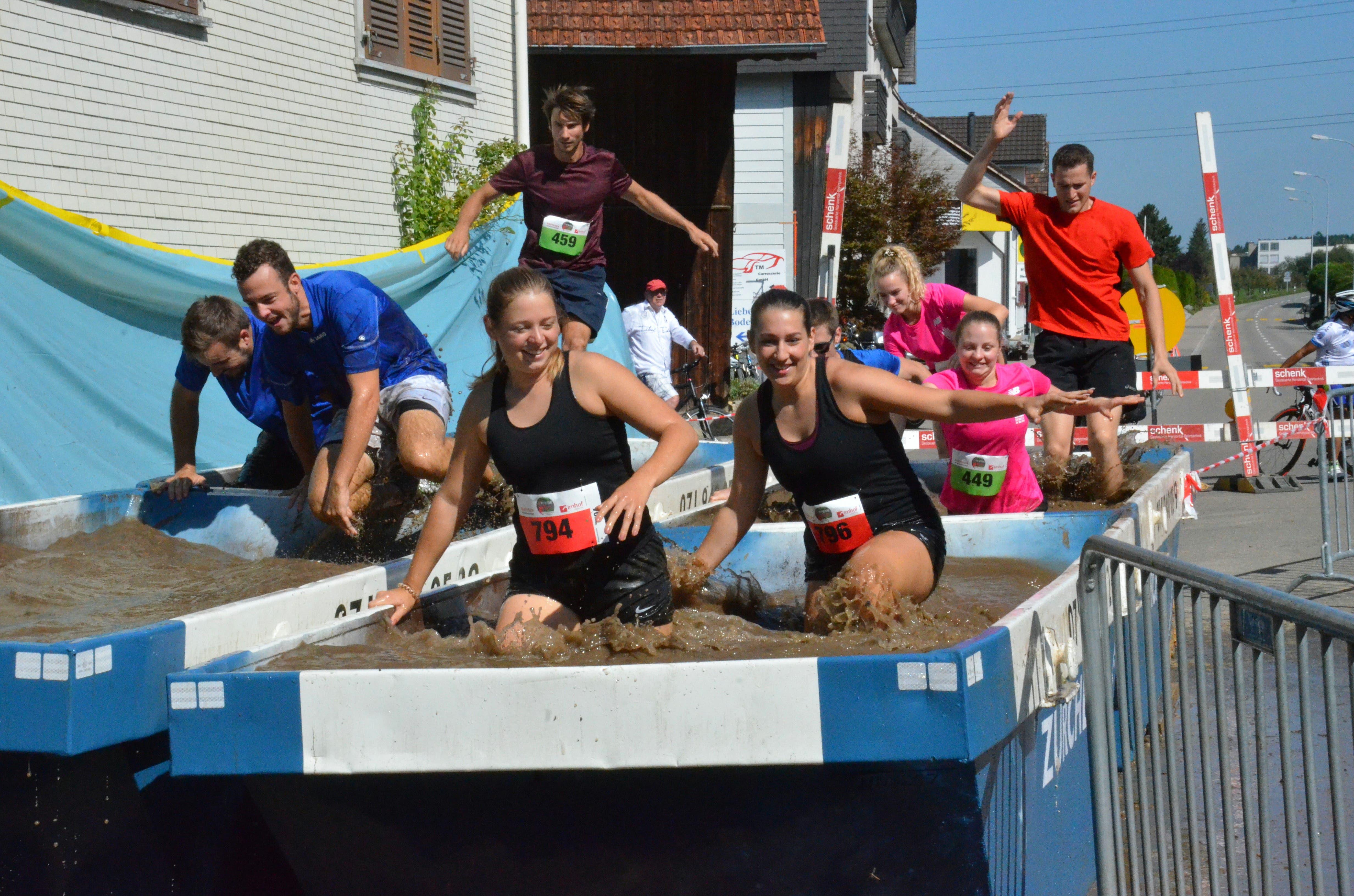 Zürchers Wellness-Oase bot den 650 Teilnehmerinnen und Teilnehmern am zweiten Xtreme Run in Lenggenwil eine erste Abkühlung. (BIlder: Christoph Heer)