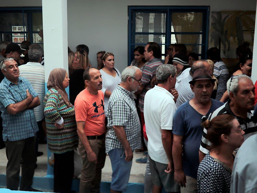 Bei der Präsidentschaftswahl in Tunesien haben sich lange Schlangen vor den Wahllokalen gebildet, so in La Marsa, einem Vorort von Tunis. (Bild: KEYSTONE/AP/MOSA'AB ELSHAMY)