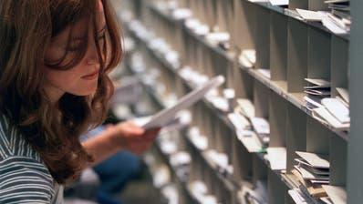 Die Postleitzahlen helfen seit 55 Jahren beim Sortieren der Post. (Bild: Gaëtan Bally/Keystone)
