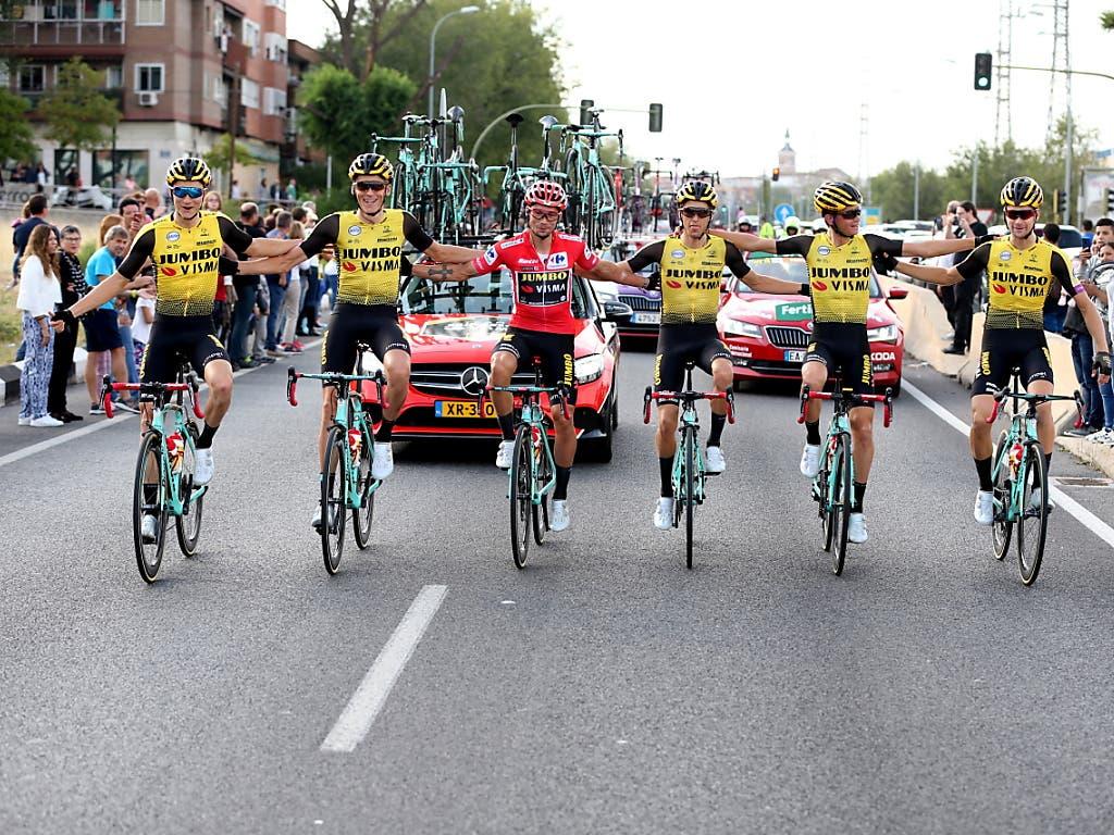 Das Team Jumbo-Visma mit Gesamtsieger Primoz Roglic posieren in der letzten Etappe für die Fotografen (Bild: KEYSTONE/EPA EFE/JAVIER LIZON)