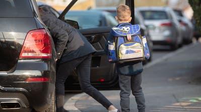 Wenn viele Eltern ihre Kinder in die Schule fahren, führt das vor dem Schulhaus schnell einmal zu einem kleinen Verkehrschaos (Bild: Keystone (Stuttgart, 1. April 2019)).