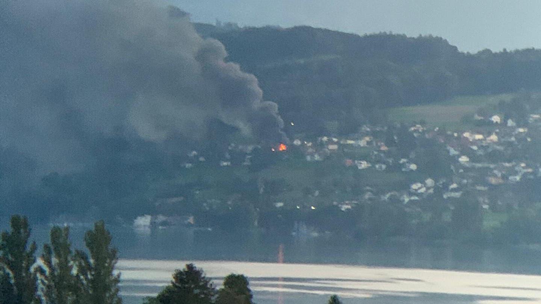 An Montagabend ist in Beinwil am See ein Haus in Brand geraten (Blick von Seengen her, aufgenommen um 19.43 Uhr.) (Bild: Leserreporter)
