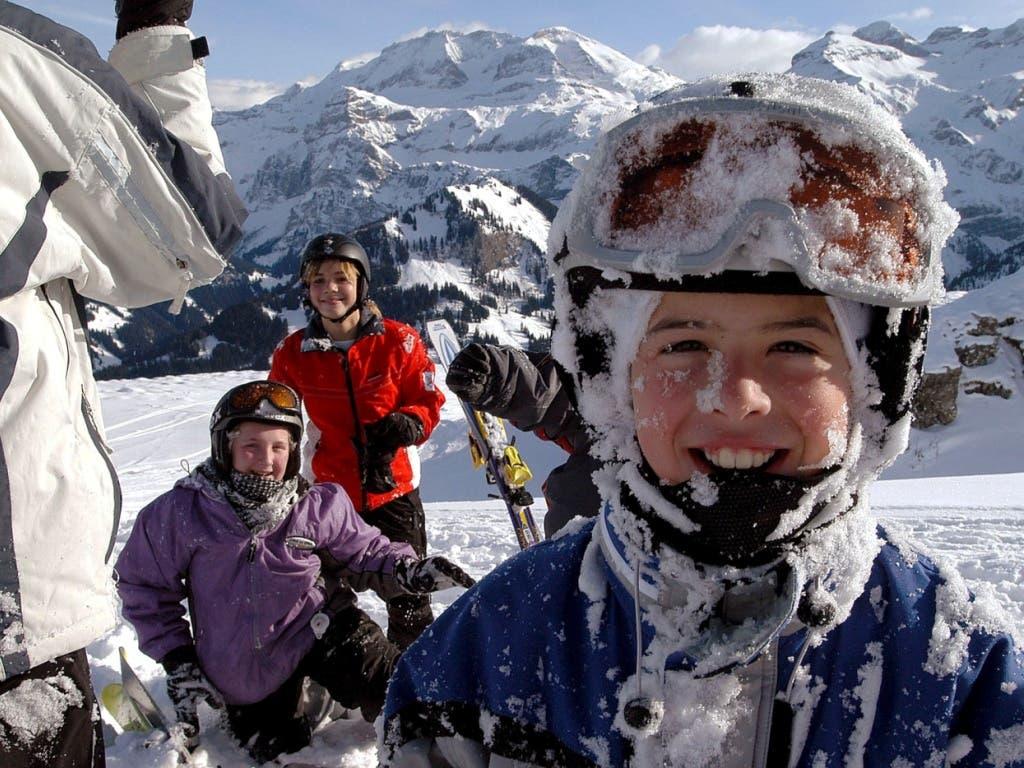 Spass und Bewegung im Schnee: der Bund erhöht auf kommenden Winter die Beiträge an die Skilager. (Bild: KEYSTONE/JUERG MUELLER)