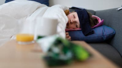 Das Kindeswohl hat Vorrang – auch wenn die Krankenkassenprämien nicht bezahlt sind: Das geht aus der Antwort des Bundesrats hervor. (Bild: KEYSTONE/Gaetan Bally)