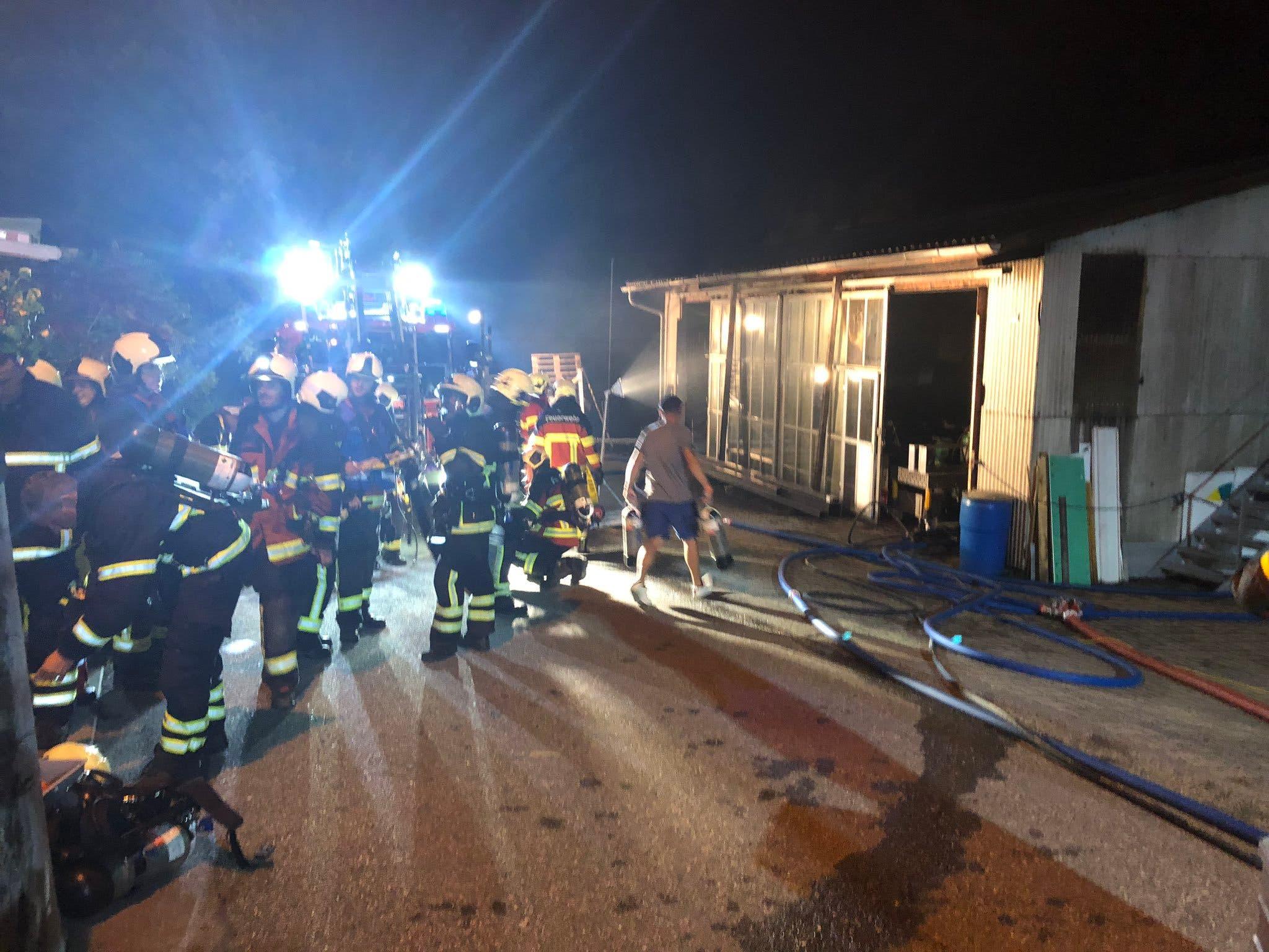 Feuerwehr, Polizei und Ambulanz sind im Einsatz. (Bild: Kapo AG)