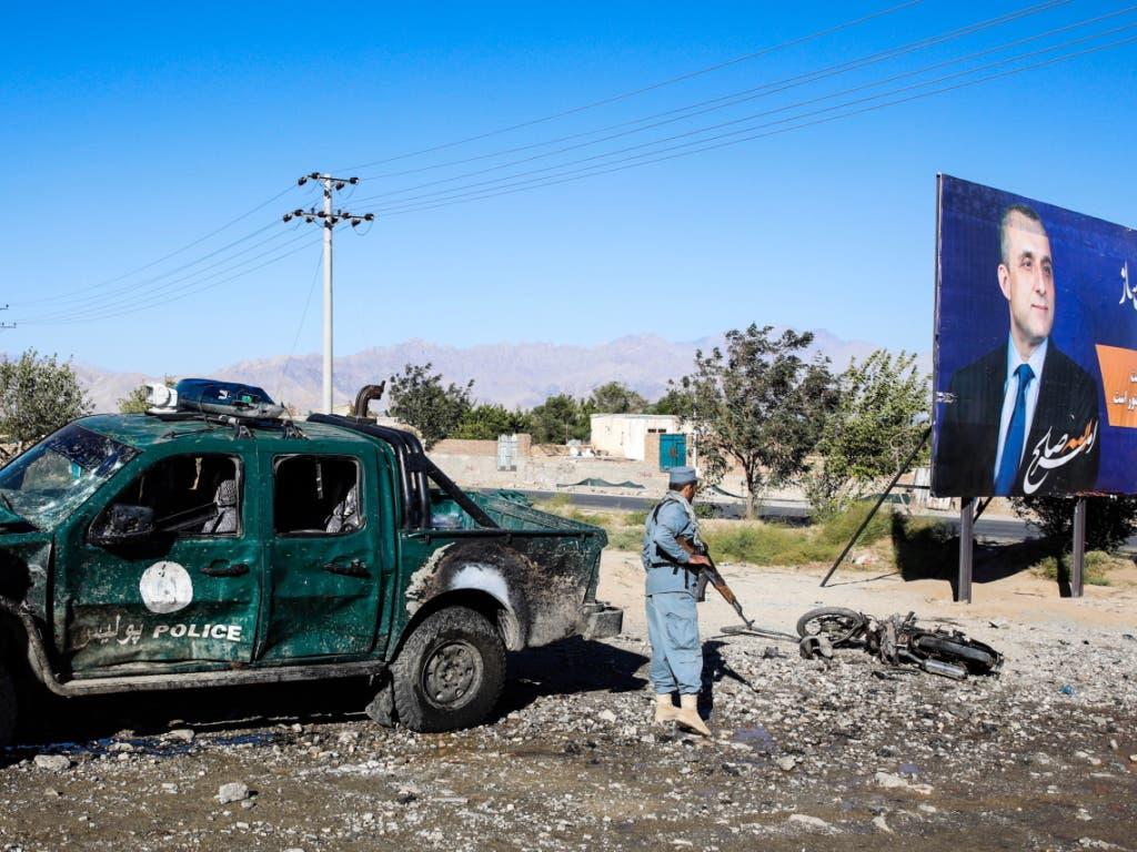 Selbstmordattentäter haben in Afghanistan im Vorfeld der Wahlen ein Blutbad veranstaltet. Bei zwei Selbstmordanschlägen kamen gegen 50 Personen ums Leben. Auf dem Wahlplakat ist Afghanistans Vizepräsident Amrullah Saleh zu sehen. (Bild: KEYSTONE/EPA/HEDAYATULLAH AMID)