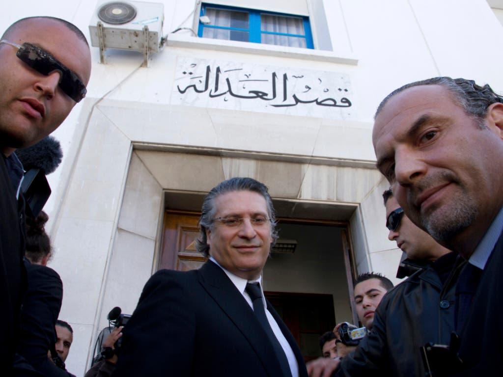 Derzeit im Gefängnis: Medienmogul Nabil Karoui (Mitte) hat es trotzdem in die Stichwahl um die tunesische Präsidentschaft geschafft. (Bild: KEYSTONE/AP/AMINE LANDOULSI)