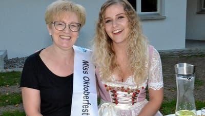 Der Apfel fällt nicht weit vom Stamm. Lina Martins ist aktuell wohl die stolzeste Mutter in Dussnang. Ihre Tochter Veronica ist die neue Miss Oktoberfest Tannzapfenland. (Bild: Christoph Heer)