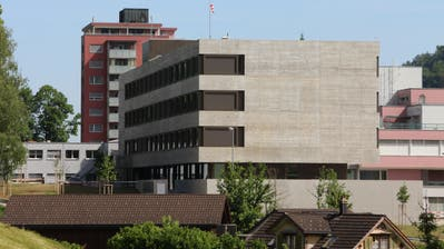 Wie lange der Neubau des Spitals Wattwil noch als solcher dient, bleibt trotz der Bewilligung des Übergangskredits noch offen. (Bild: Martin Knoepfel)